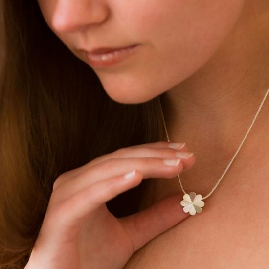 Halskette mit kleinem Kleeblatt-Anhänger aus Silber