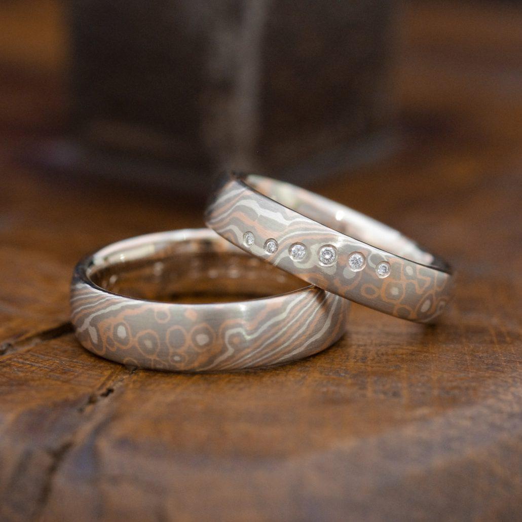 Trauringe mit Holzaugen-Maserung und Diamanten
