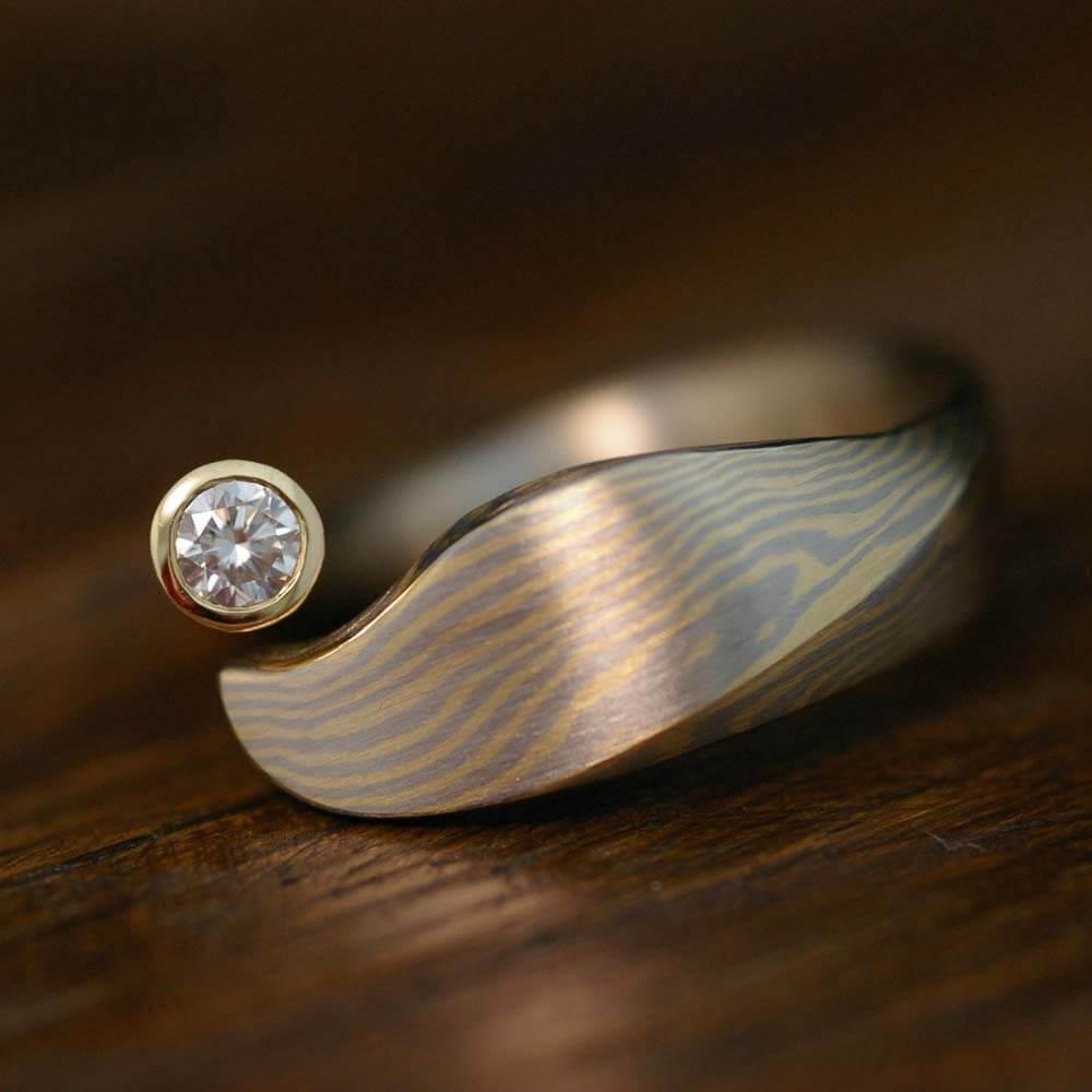 Diamantring - asymmetrisch, mit fließender Mokume Gane Maserung
