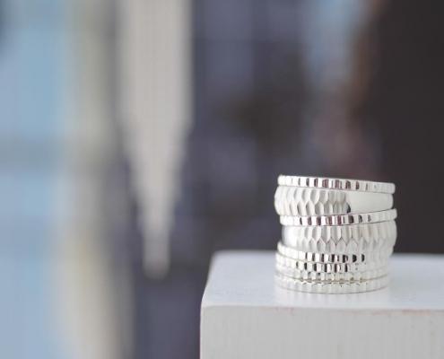 Stapel aus silbernen Ringen