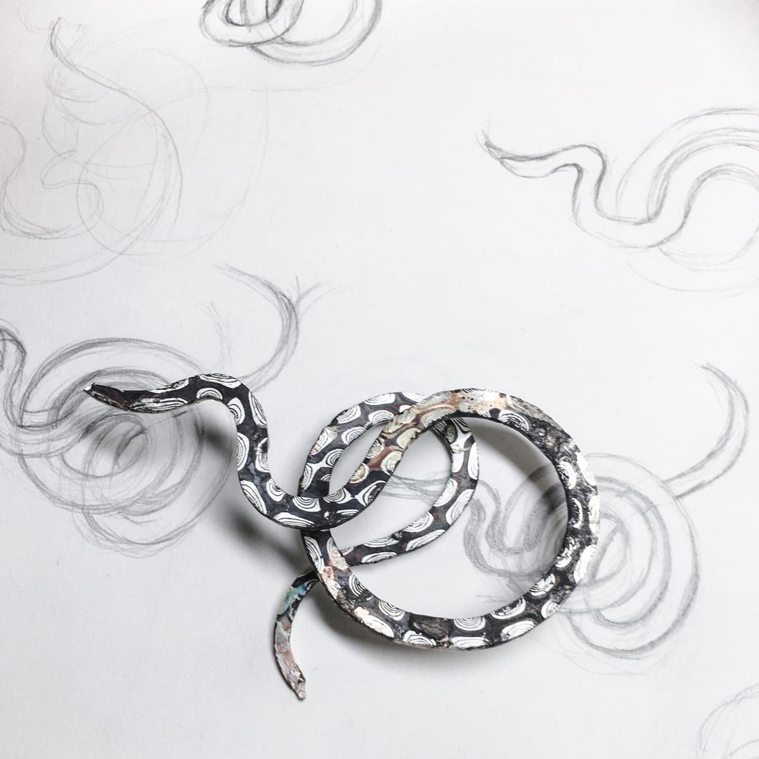 Schlange aus Mokume Gane auf Skizzenblock