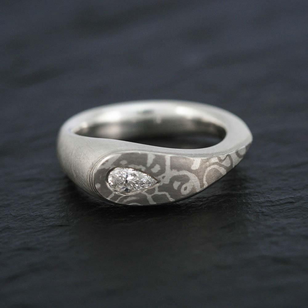 Verlobungsring - mit tropfenförmigen Diamant und Holzmaserung