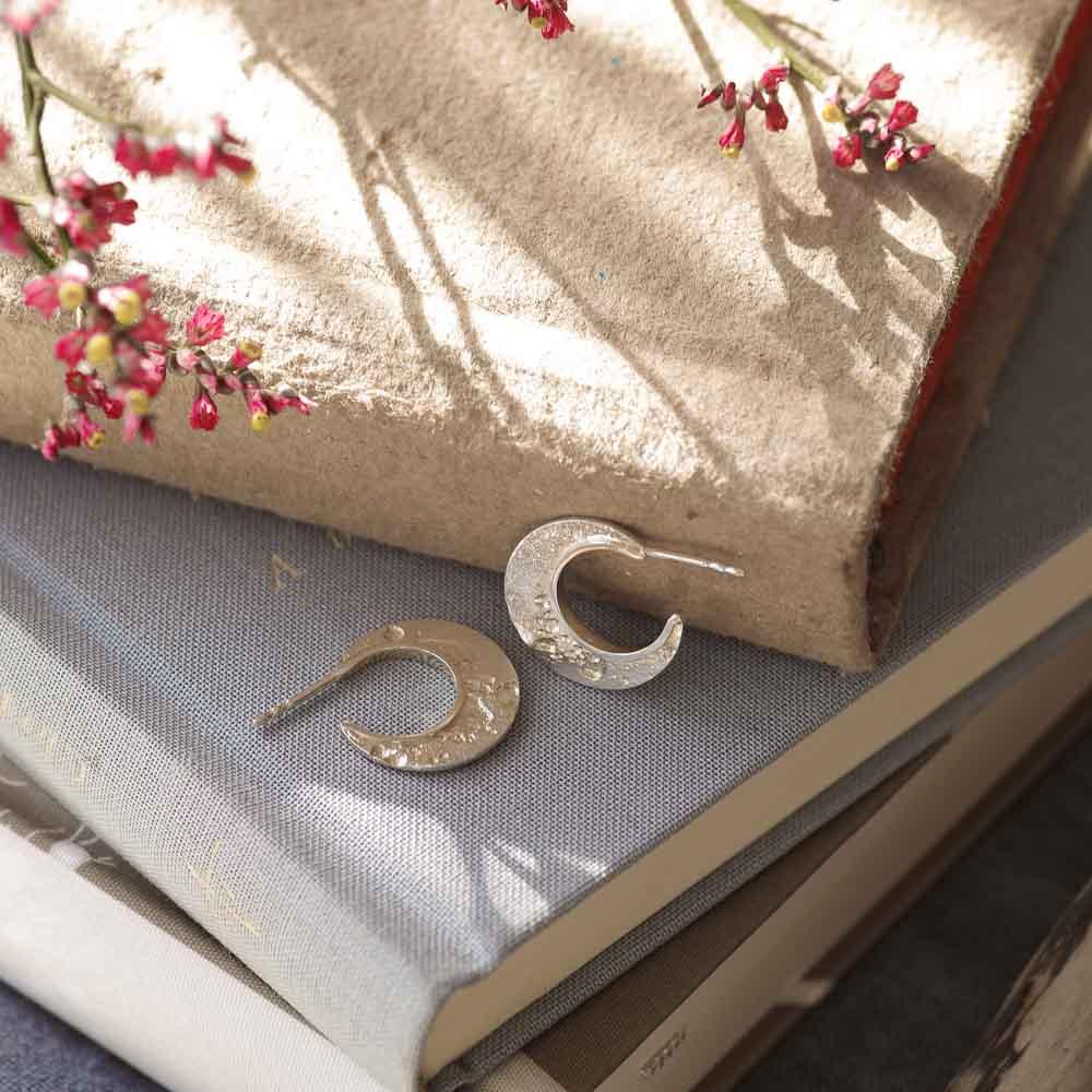 Kleine handgefertigte Statement Creolen Mond aus 925er Silber
