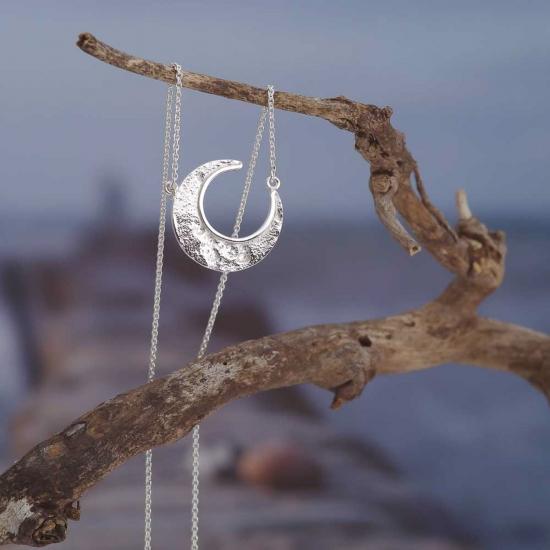 Zarte Collier-Kette aus handgefertigt aus Silber mit einer Mondsichel als Anhänger